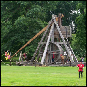 England's Oldest Working Catapult by Thoms Euler [CC-BY-SA-2.0 (http://creativecommons.org/licenses/by-sa/2.0)], via Flickr https://www.flickr.com/photos/thomaseuler/3656736595/ [cropped]