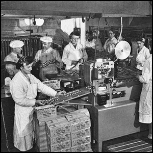 Carsten's Sausage Factory via https://commons.wikimedia.org/wiki/File:Packing_Carsten%27s_weiner_sausages_on_an_assembly_line,_Tacoma,_Washington_(4670205658).jpg [Public Domain]